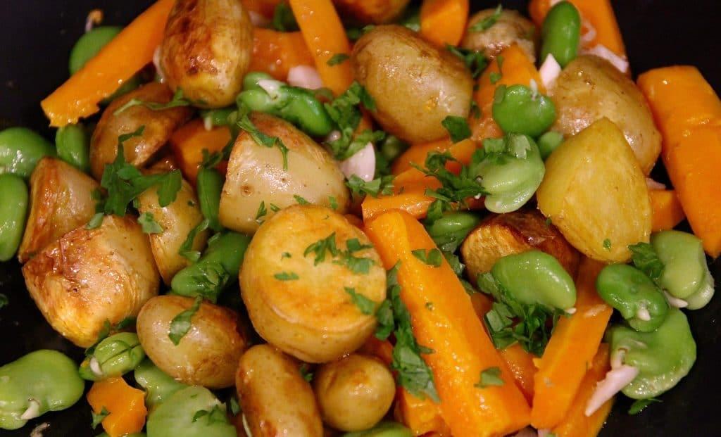 Pommes de terre et carottes primeurs. Avec une poignée de dernières fèves de la saison / Un jardin dans le Marais poitevin.